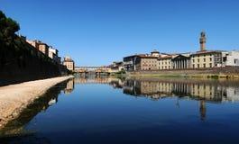 Παλαιά γέφυρα και παλαιό παλάτι στη Φλωρεντία όπως βλέπει από τον ποταμό Arno Στοκ Φωτογραφίες