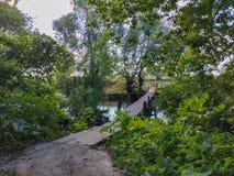παλαιά γέφυρα μέσω του μικρού ποταμού Στοκ Εικόνες