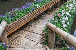 Παλαιά γέφυρα μπαμπού με τη σειρά λουλουδιών στοκ φωτογραφία με δικαίωμα ελεύθερης χρήσης