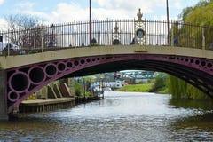 Παλαιά γέφυρα πέρα από τον ποταμό Severn στο μη χρησιμοποιούμενο μύλο αλευριού, Tewkesbury, UK Στοκ Εικόνα
