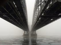Παλαιά γέφυρα σιδηροδρόμων στην ομίχλη θόλος Isaac Πετρούπολη Ρωσία s Άγιος ST καθεδρικών ναών στοκ εικόνες