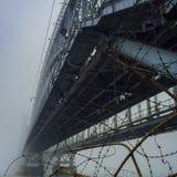 Παλαιά γέφυρα σιδηροδρόμων στην ομίχλη θόλος Isaac Πετρούπολη Ρωσία s Άγιος ST καθεδρικών ναών Στοκ εικόνες με δικαίωμα ελεύθερης χρήσης