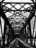 Παλαιά γέφυρα χάλυβα με την πορεία τραίνων στοκ εικόνες