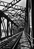 Παλαιά γέφυρα χάλυβα με την πορεία τραίνων στοκ εικόνα