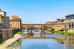 Παλαιά γέφυρα Vecchio Ponte πέρα από τον ποταμό Arno στη Φλωρεντία, Ital Στοκ Εικόνα