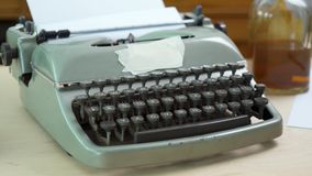 Παλαιά γκρίζα γραφομηχανή και κενό έγγραφο φιλμ μικρού μήκους