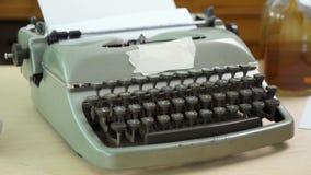 Παλαιά γκρίζα γραφομηχανή και κενό έγγραφο απόθεμα βίντεο