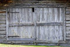 Παλαιά γκρίζα παραδοσιακή ξύλινη πόρτα Στοκ φωτογραφία με δικαίωμα ελεύθερης χρήσης