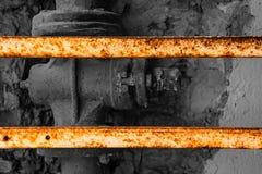 Παλαιά γραπτή βαλβίδα που περιφράζεται με σκουριασμένα slats μετάλλων Στοκ εικόνες με δικαίωμα ελεύθερης χρήσης