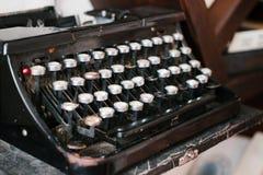 Παλαιά γραφομηχανή, εκλεκτής ποιότητας σκονισμένη γραφομηχανή, πλάγια όψη Στοκ Εικόνες