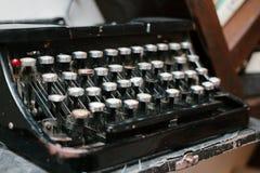 Παλαιά γραφομηχανή, εκλεκτής ποιότητας σκονισμένη γραφομηχανή, πλάγια όψη Στοκ φωτογραφίες με δικαίωμα ελεύθερης χρήσης
