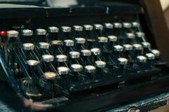 Παλαιά γραφομηχανή, εκλεκτής ποιότητας σκονισμένη γραφομηχανή, πλάγια όψη Στοκ εικόνες με δικαίωμα ελεύθερης χρήσης