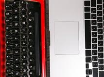 Παλαιά γραφομηχανή εναντίον του lap-top στον πίνακα Έννοια της προόδου τεχνολογίας Στοκ Εικόνα