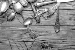Παλαιά διακοσμημένα τρύγος μαχαιροπήρουνα σε έναν ξύλινο πίνακα Γραπτή φωτογραφία του Πεκίνου, Κίνα Στοκ Φωτογραφία