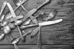 Παλαιά διακοσμημένα τρύγος μαχαιροπήρουνα σε έναν ξύλινο πίνακα Στοκ φωτογραφίες με δικαίωμα ελεύθερης χρήσης