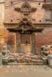 Παλαιά διακοσμημένη πόρτα ύφους newari στοκ εικόνες