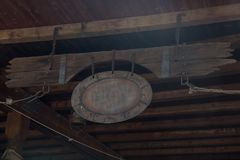 Παλαιά διακριτικά με Copyspace που κρεμιούνται στην ξύλινη στέγη με την καφετιά σανίδα Στοκ φωτογραφίες με δικαίωμα ελεύθερης χρήσης