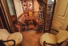 Παλαιά δωμάτια στο παλαιό κατάστημα με πολλά εκλεκτής ποιότητας εργαλείο, ντεκόρ, ξύλινα έπιπλα, αναδρομικές καρέκλες Στοκ εικόνα με δικαίωμα ελεύθερης χρήσης