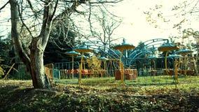 Παλαιά εγκαταλειμμένη ζωηρόχρωμη έλξη στο παλαιό πάρκο φιλμ μικρού μήκους