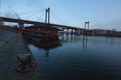 Παλαιά εγκαταλειμμένη καλώδιο-μένοντη γέφυρα Rybalskii Σύνδεσε την ιστορική περιοχή Podil με το νησί Rybalskii Kyiv, Ουκρανία Στοκ Εικόνα