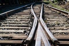 Παλαιά εγκαταλειμμένη κινηματογράφηση σε πρώτο πλάνο σιδηροδρόμων με τους ξύλινους κοιμώμεούς στοκ εικόνα με δικαίωμα ελεύθερης χρήσης