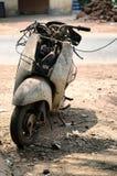 Παλαιά εγκαταλειμμένη μοτοσικλέτα με τα σκουριασμένα συστατικά στη σκόνη Στοκ Εικόνες
