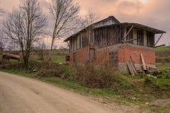 Παλαιά εγκαταλειμμένη σιταποθήκη σε έναν μεγάλο τομέα στα βουνά Mudurnu, Τουρκία Στοκ Φωτογραφίες