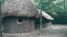 Παλαιά εγκαταλειμμένη σιταποθήκη στα ξύλα για τα άλογα και τα βόδια απόθεμα βίντεο