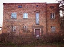 Παλαιά εγκαταλειμμένη τούβλινη περίληψη αποσύνθεσης προσόψεων σπιτιών Στοκ φωτογραφίες με δικαίωμα ελεύθερης χρήσης