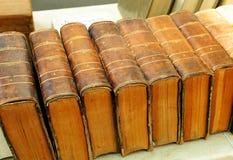 Παλαιά εγκυκλοπαίδεια Βιβλία από δεύτερο χέρι σε ένα βιβλιοπωλείο, βιβλιοθήκη, παζαριών στοκ εικόνες