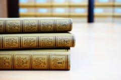 Παλαιά εγκυκλοπαίδεια σε τρία μέρη στο γραφείο στη βιβλιοθήκη στοκ εικόνα