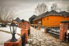 Παλαιά ειδυλλιακά σπίτια στο μικρό αναδρομικό χωριό στοκ φωτογραφίες