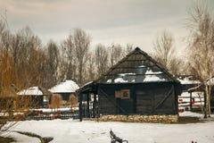 Παλαιά ειδυλλιακά σπίτια στο μικρό αναδρομικό χωριό στοκ εικόνες με δικαίωμα ελεύθερης χρήσης