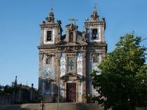 Παλαιά εκκλησία με τα παραδοσιακά μπλε κεραμίδια azulejo, Πόρτο, Πορτογαλία στοκ εικόνα