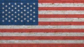 Παλαιά εκλεκτής ποιότητας αμερικανική αμερικανική σημαία πέρα από το τουβλότοιχο Στοκ Εικόνες
