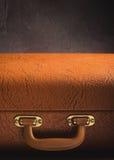 Παλαιά εκλεκτής ποιότητας, αναδρομική βαλίτσα στο σκοτεινό υπόβαθρο Άποψη, που τονίζεται μπροστινή Στοκ Εικόνες