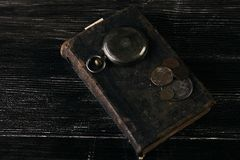 Παλαιά εκλεκτής ποιότητας βιβλία και ένα παλαιό εκλεκτής ποιότητας παλαιό ρολόι τσεπών στοκ φωτογραφία
