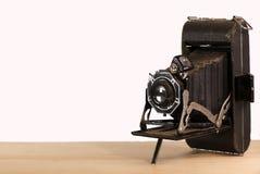 Παλαιά εκλεκτής ποιότητας κάμερα ύφους φυσητήρων με ένα άσπρο υπόβαθρο στοκ φωτογραφία με δικαίωμα ελεύθερης χρήσης