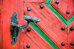 Παλαιά εκλεκτής ποιότητας και οξυδωμένη λαβή πορτών στην παλαιά ραγισμένη grunge ξύλινη πόρτα Στοκ Φωτογραφίες