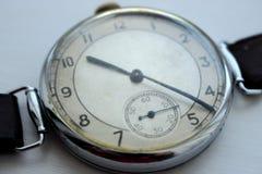 Παλαιά εκλεκτής ποιότητας κινηματογράφηση σε πρώτο πλάνο ρολογιών Έννοια χρόνου και επιχειρήσεων αναδρομικό ρολόι Στοκ Φωτογραφίες