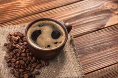 Παλαιά εκλεκτής ποιότητας κούπα με τον αρωματικό καφέ Στοκ φωτογραφίες με δικαίωμα ελεύθερης χρήσης