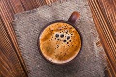 Παλαιά εκλεκτής ποιότητας κούπα με τον αρωματικό καφέ Στοκ εικόνες με δικαίωμα ελεύθερης χρήσης