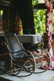 Παλαιά εκλεκτής ποιότητας λικνίζοντας καρέκλα δέρματος στη βεράντα Στοκ φωτογραφίες με δικαίωμα ελεύθερης χρήσης