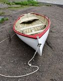 Παλαιά εκλεκτής ποιότητας ξύλινη βάρκα σειρών στην παραλία κατά μήκος της ακτής στοκ φωτογραφίες