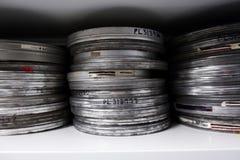 Παλαιά εξέλικτρα της ταινίας στα ασημένια δοχεία στοκ εικόνα με δικαίωμα ελεύθερης χρήσης