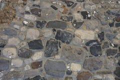 Παλαιά επιφάνεια φιαγμένη μεγάλες και μικρές πέτρες που στερεώνονται από με το τσιμέντο στοκ φωτογραφίες