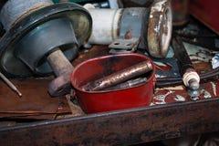 Παλαιά εργαλεία, μέρη, μονωτές Πολωνού ηλεκτρικής δύναμης σε έναν πάγκο εργασίας χάλυβα στοκ φωτογραφίες με δικαίωμα ελεύθερης χρήσης