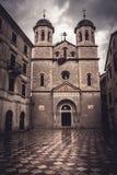 Παλαιά ευρωπαϊκή Ορθόδοξη Εκκλησία του Άγιου Βασίλη μπροστά από το δραματικό ουρανό στην παλαιά ευρωπαϊκή πόλη Kotor στο Μαυροβού Στοκ εικόνες με δικαίωμα ελεύθερης χρήσης