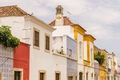 Παλαιά, ζωηρόχρωμα κτήρια με την περίκομψες περιποίηση και τη γραμμή κεραμιδιών μια οδός στοκ φωτογραφίες