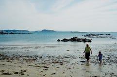 παλαιά ηλικιωμένη ανώτερη γιαγιά γυναικών που συλλέγει τα κοχύλια θάλασσας με τη μεγάλη κόρη της στοκ εικόνες